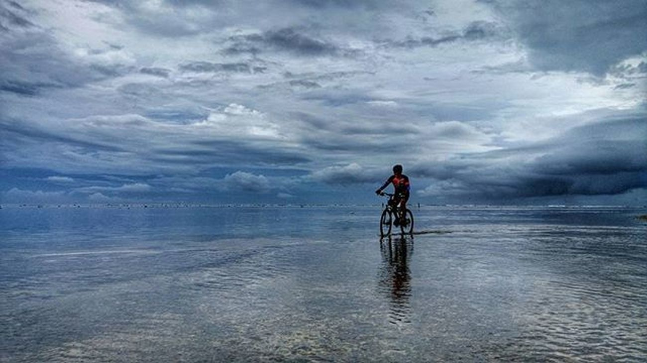 a biker goes home cross the ocean Sefo  tour d Ujung Genteng