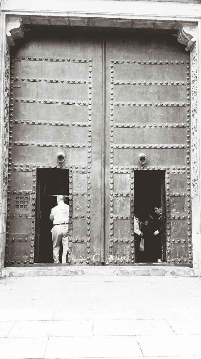 Blackandwhite Doors Peoplephotography People Watching Streetphotography Life is doors wide open..