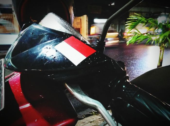 red and white on my red ride... setia Streetphotography Enjoying Life Flag INDONESIA Indonesian Street (Mobile) Photographie Meizum2