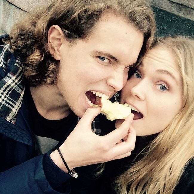 Romanticly drooling over the same apple - because it's way to mainstream to buy 2! ✌ ? FrozenAssesOnTheStoneSteps TooFarToTheSupermarket 200m