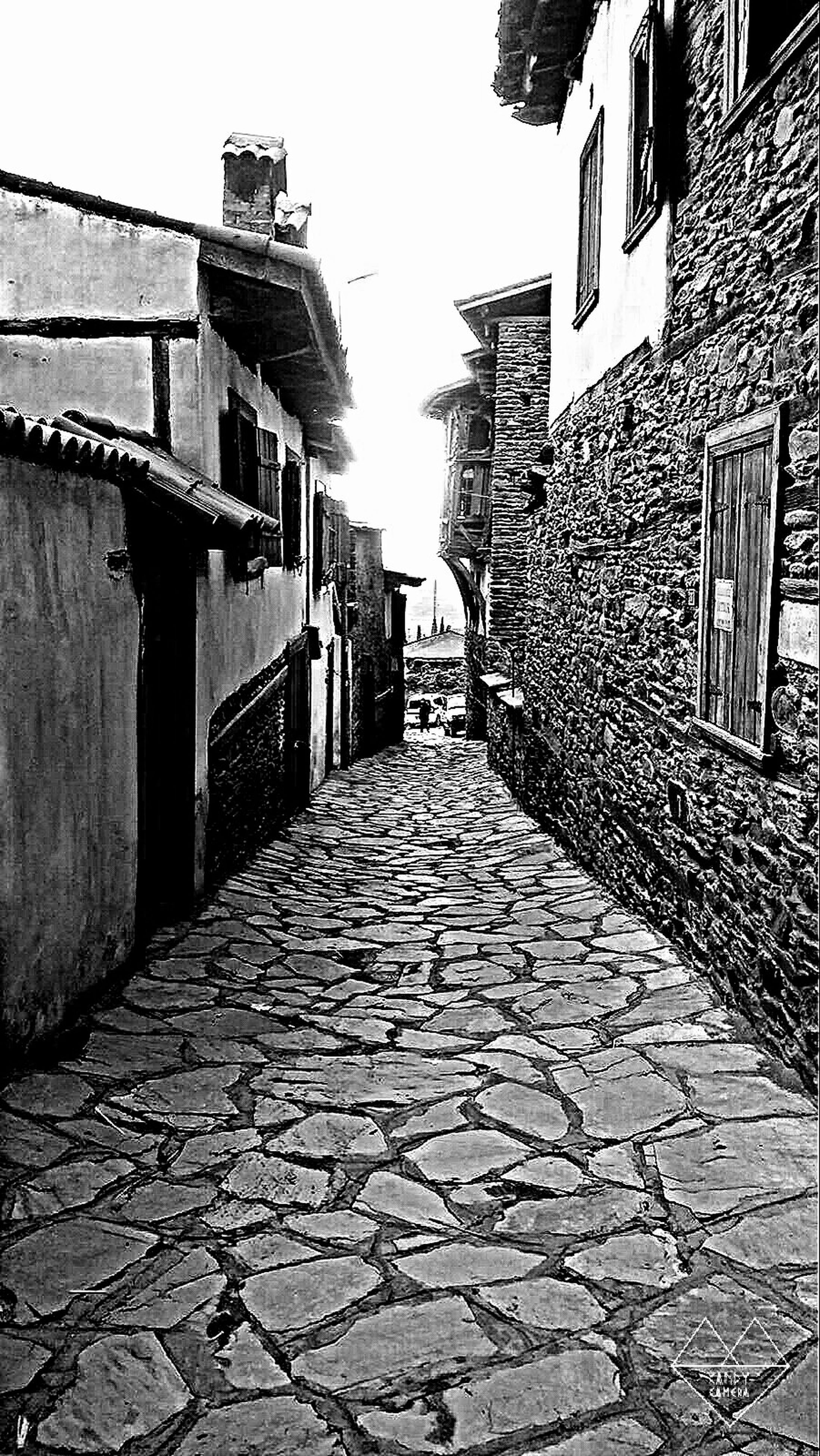 architecture, building exterior, built structure, the way forward, cobblestone, diminishing perspective, residential building, building, residential structure, alley, city, walkway, narrow, vanishing point, street, footpath, house, pathway, paving stone, clear sky