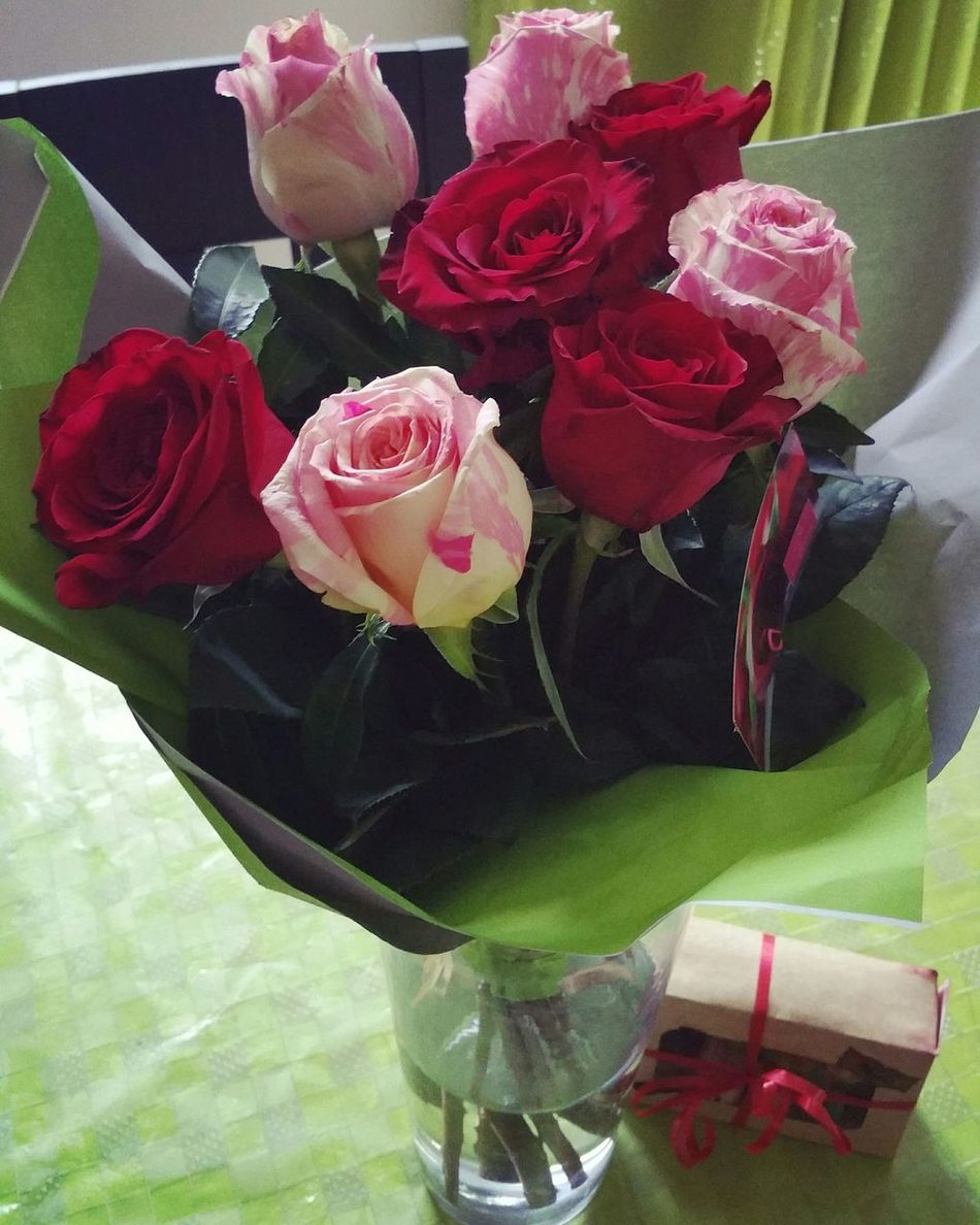 Flowers BeautifulRoses ThanksForToday😘 Macarons Love ♥ Surprise Gift Surprisevisit Yourethebest Smile❤ Perfectday Redroses Redrose 🌷🌷🌷 ImSoLucky ImSoHappy Nofilter