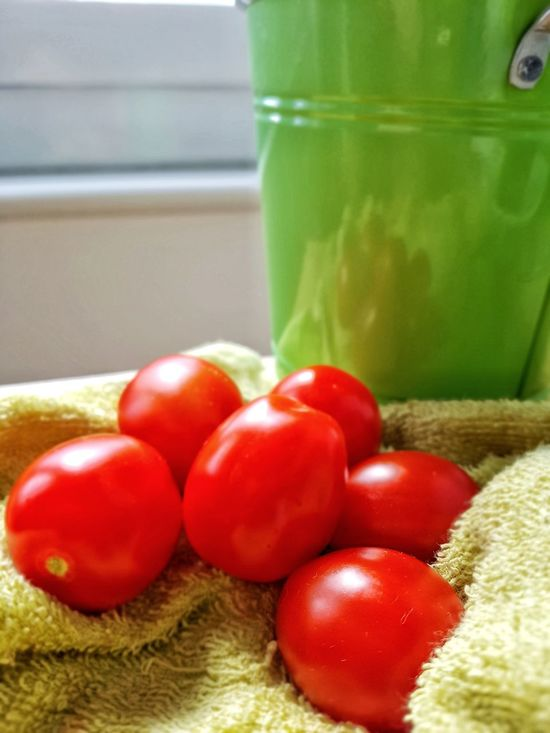 Healthy Eating Home Lifestyles Home Interior Homely Atmosphere Kitchen House Red And Green Contrasting Colors Fresh Food Freshness Green Pot Plant Pot Green Vase Plant Plant Part Tomatoes Up Close Tomatoes Food Display Food Photography Close-up Green Color Food Red Vegetables Healthy Lifestyle