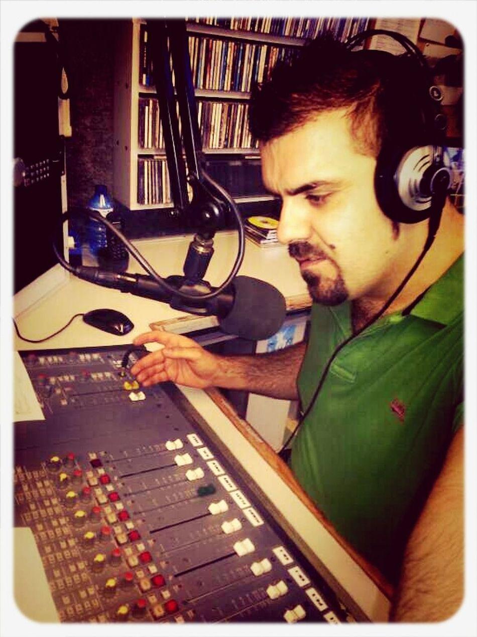 Me encanta hacer radio!!! Ahí os dejo una foto del pasado martes. Hacerradio Radioonair Megustahacerradio Radioalacostabrava #musicaalacosrabrava