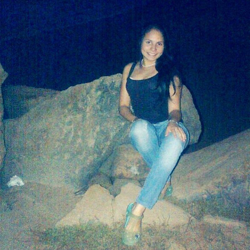 sentada en la roca.