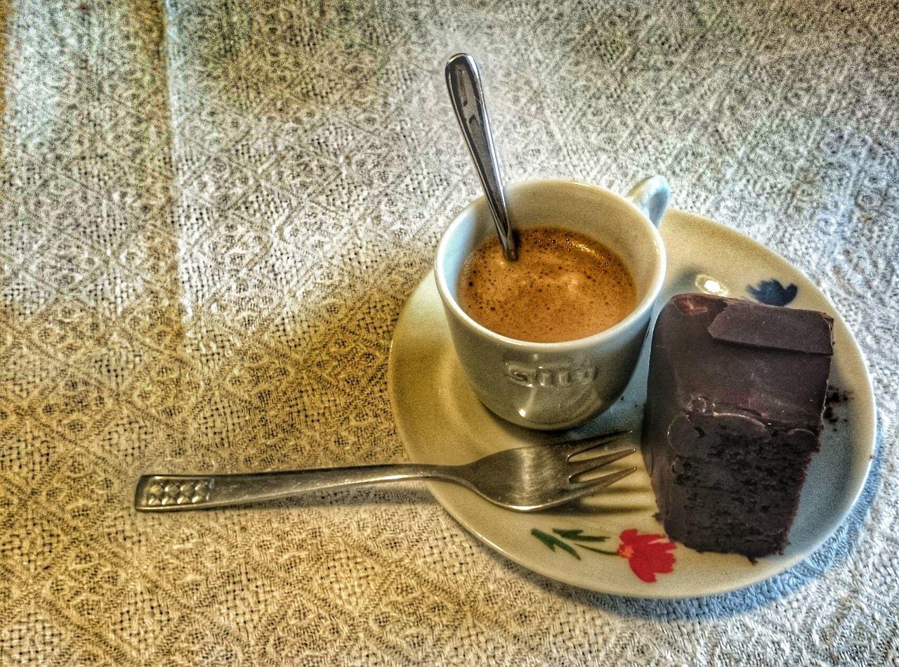 un espresso acompagné d'un gâteau au chocolat.. Chocolate Cake Espresso Lunch Break