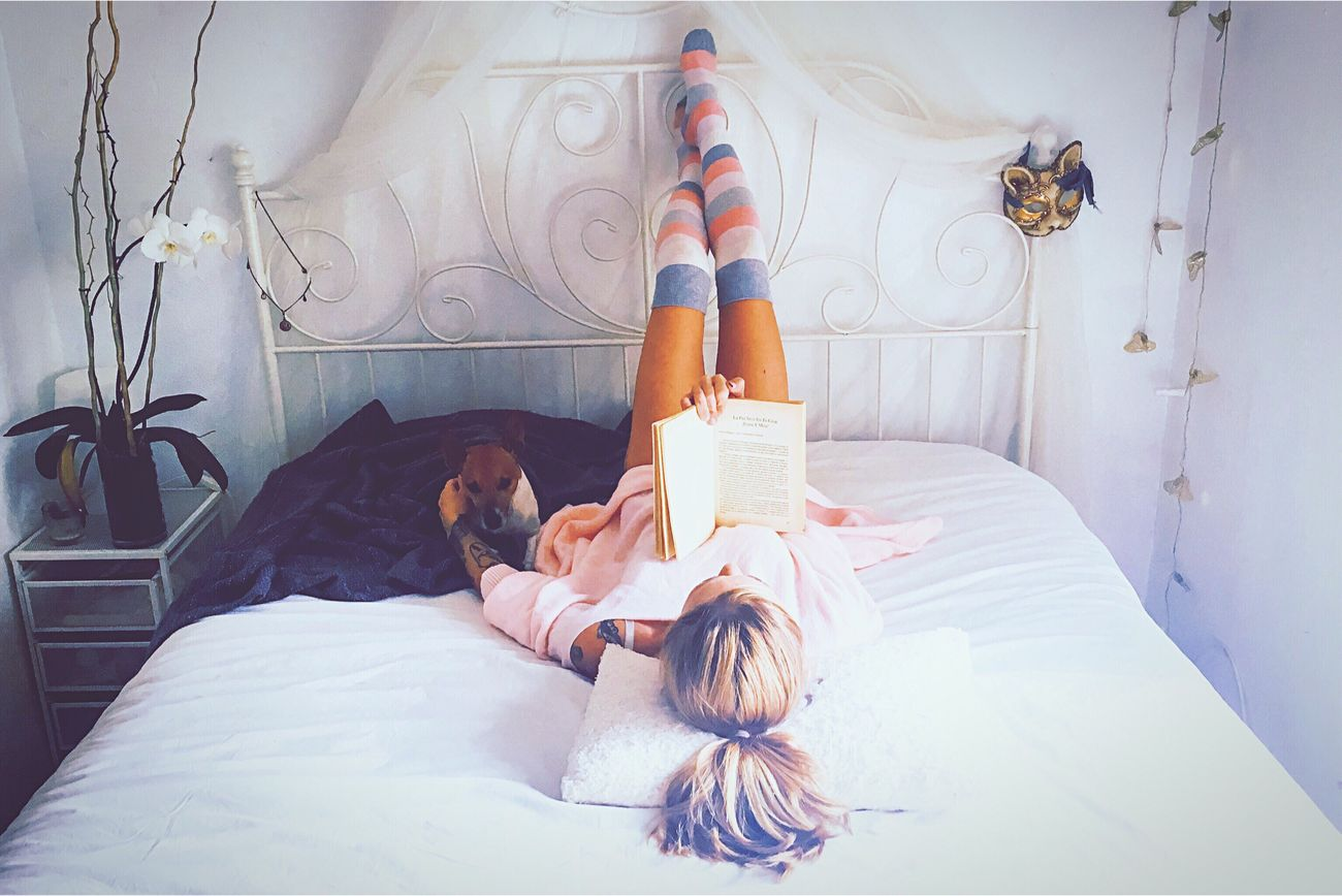 Happy saturday for all of youuuu⭐️🤗🐶❤️📚⭐️ Happy Saturday Books Mydogsarecoolerthanyourkids Bestoftheday Light Relaxing People Of EyeEm Eye4photography  Eyeemspain Raining Day Happiness Lifestyles Tranquility Osho White Pink Socks People And Places Bed JustMe Mybestfriend Women Of EyeEm Tattoo Tranquil Scene
