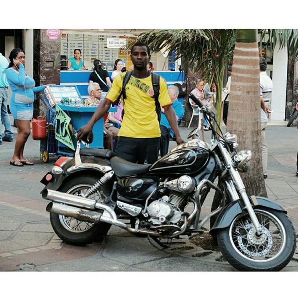 """""""Vea! Aquí tiene el modelo...vea con la moto"""" Así como cuando te piden foto Streetphotography Urbanphotography People Manonthestreet Casualmodel Plazadecaicedo Centro Cali Colombia Fujifilmcolombia Fujix30 Vscocam"""