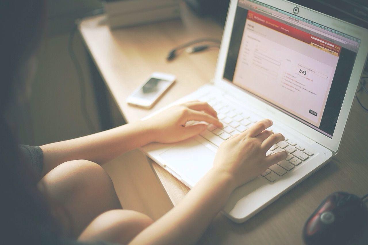 맥북으로 맥딜리버리를 주문하는 MacBook Hands Freelance Life EyeEm Bestsellers