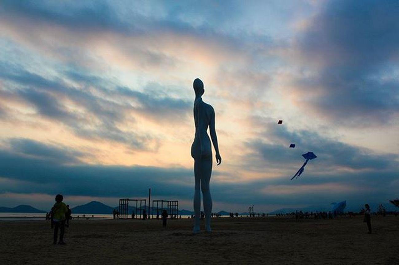 내 반쪽은 어디에. 부산출사지 부산가볼만한곳 부산다대포 부산 부산여행 다대포 다대포바다미술제 부산바다미술제 바다미술제 바다 부산바다 부산출사 풍경 하늘 부산하늘 포토그래퍼 DSLR Eos650d Canon Korea Busan Pusan 빈카메라