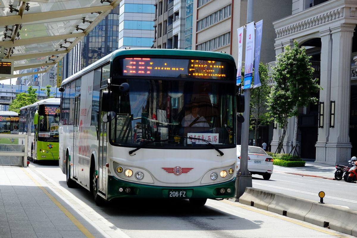 バス Bus City Street Fujifilm Fujifilm X-E2 Fujifilm_xseries Road Taipei Taiwan Travel Destinations XF18-55mm バス 公車 台北 台湾 台湾旅行 臺北 臺灣
