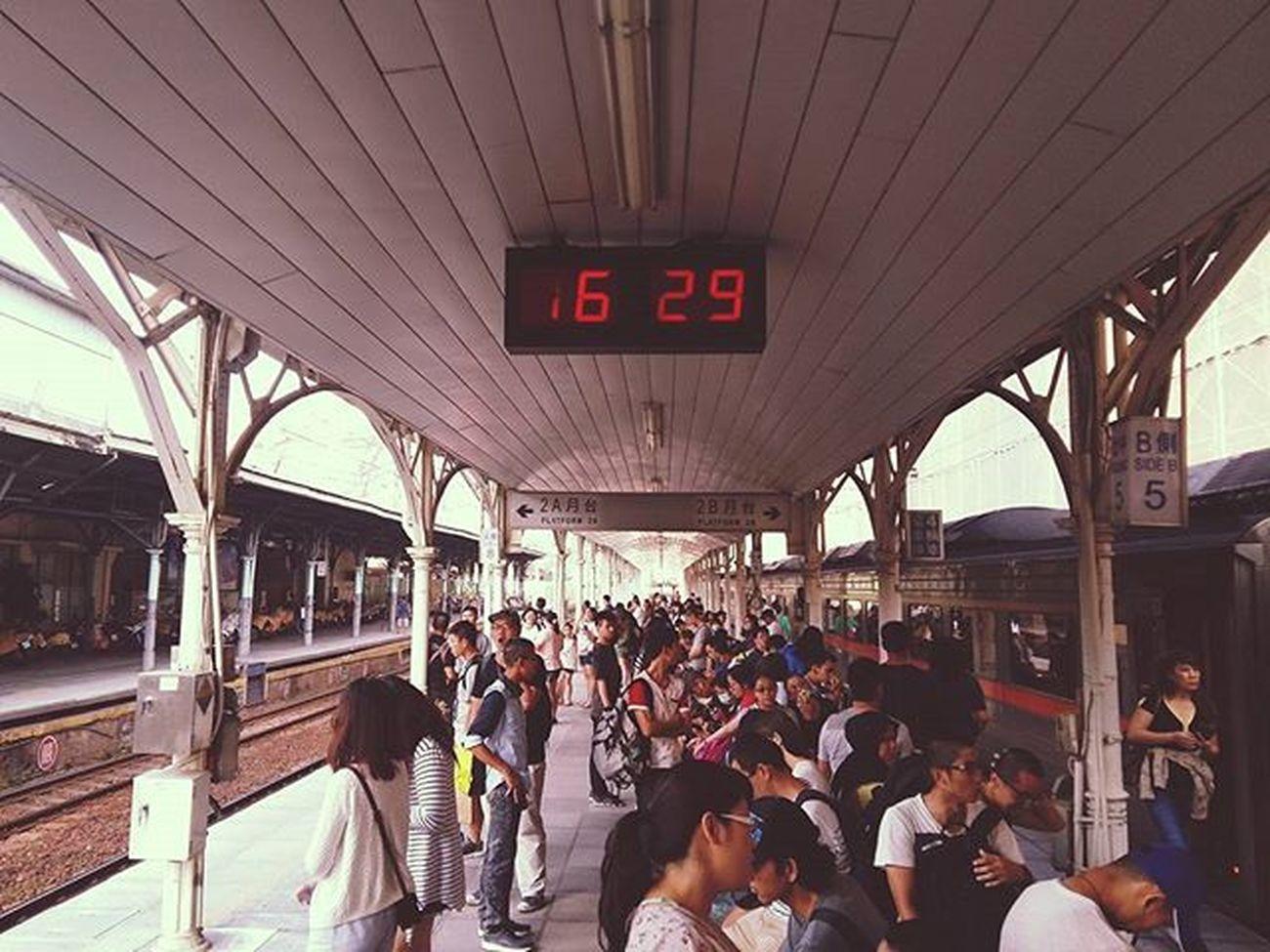 第二月臺 準備往返的旅客門 收假倒數 距離退伍時間 還剩59天…… Trainstation Platform Time Travler Passenger Train 台中火車站 台鐵 旅人 旅客 當兵 收假 上班 Taiwan