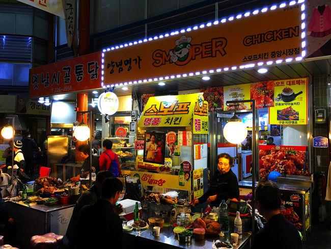オールドマーケットの中央部には、屋台が並んでいるエリアがある。市場にはつきものの屋台で名物なのは、 スンデグッ 순대국 スンデクック スンデクック と呼ばれる、スンデと牛や豚の内臓を煮込んだものを出してくれる料理。見た目と合わせて味にクセがあるので苦手な人は避けてしまいがちだけれど、これがまたとてつもなく美味い。正直、日本のもつ煮込みやもつ鍋を遥かに超える旨さがあると思う。 EyeEm Korea 韓国 Korea テジョン Koreatown Korean Food Market Foodporn