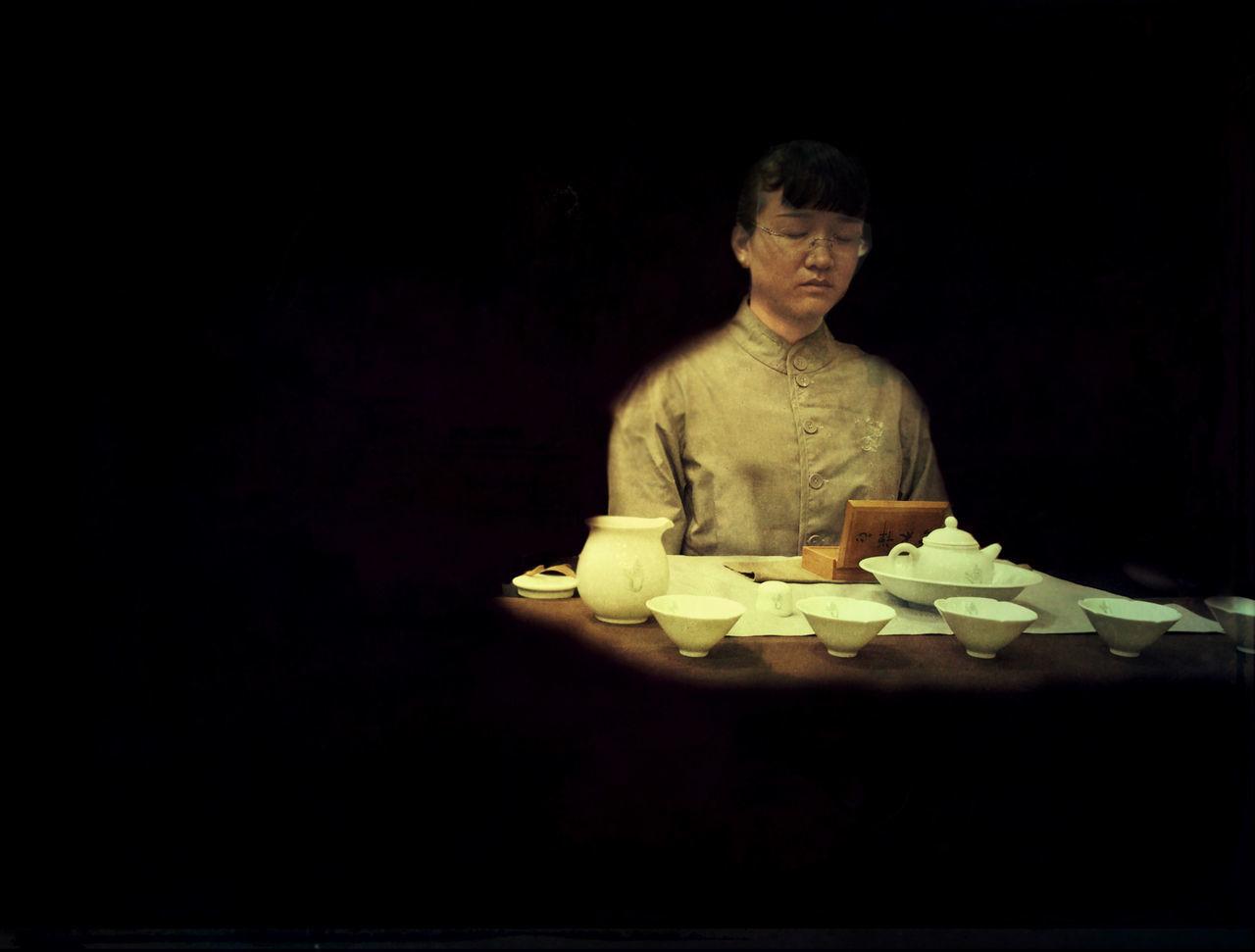 Sitzen in tiefer Sammlung Black Background Cap Of Tea Meditation Place One Person People Studio Shot Table Tea Ceremony