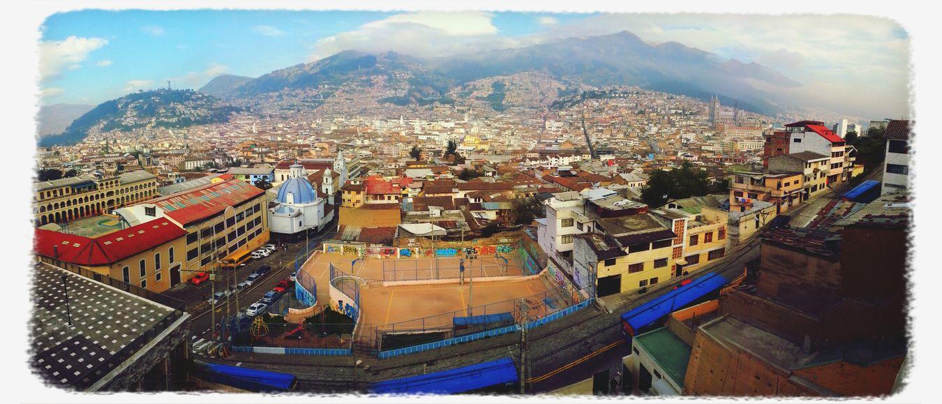 Postalesdelecuador PAISAJE URBANO QuitoEcuador desde la casa de las bandas en la Tola