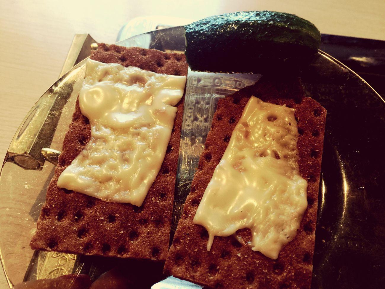 12.20-обедозавтрак- ржаные хлебцы с чесноком(2шт-90кк), сыр плавленный хохленд(1 пласт-52кк) и огурчик 😋😋😋 пп