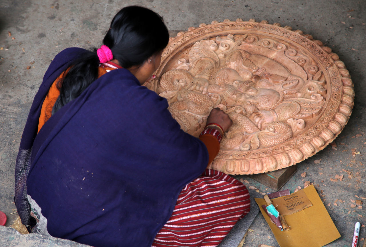 Bungamati Carving Carving - Craft Product Carving Art Carving In Wood Carving Tools Carvings Casual Clothing Holz Schnitzen Lifestyles Nepal Nepal #travel Newar Newar Culture Religious  Religious Motif Schnitzereien Vacations Woman At Work Woman Carvin Wood - Material Wood Carving Wood Carving Art