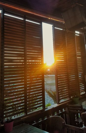 """"""" Hay una grieta en todo, así es como entra la luz """" Leonard Cohen43 Golden Moments Ventana Window In Out Relaxing Enjoying The Sun Enjoying The View Capture The Moment From My Point Of View Creative Light And Shadow Shadows & Lights Showcase July Sunset Sunset_collection Chiringuito"""
