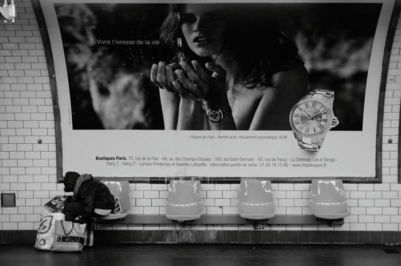 P L E A S E... Paris Metro First Eyeem Photo France Homeless Notes From The Underground Blackandwhite Photography