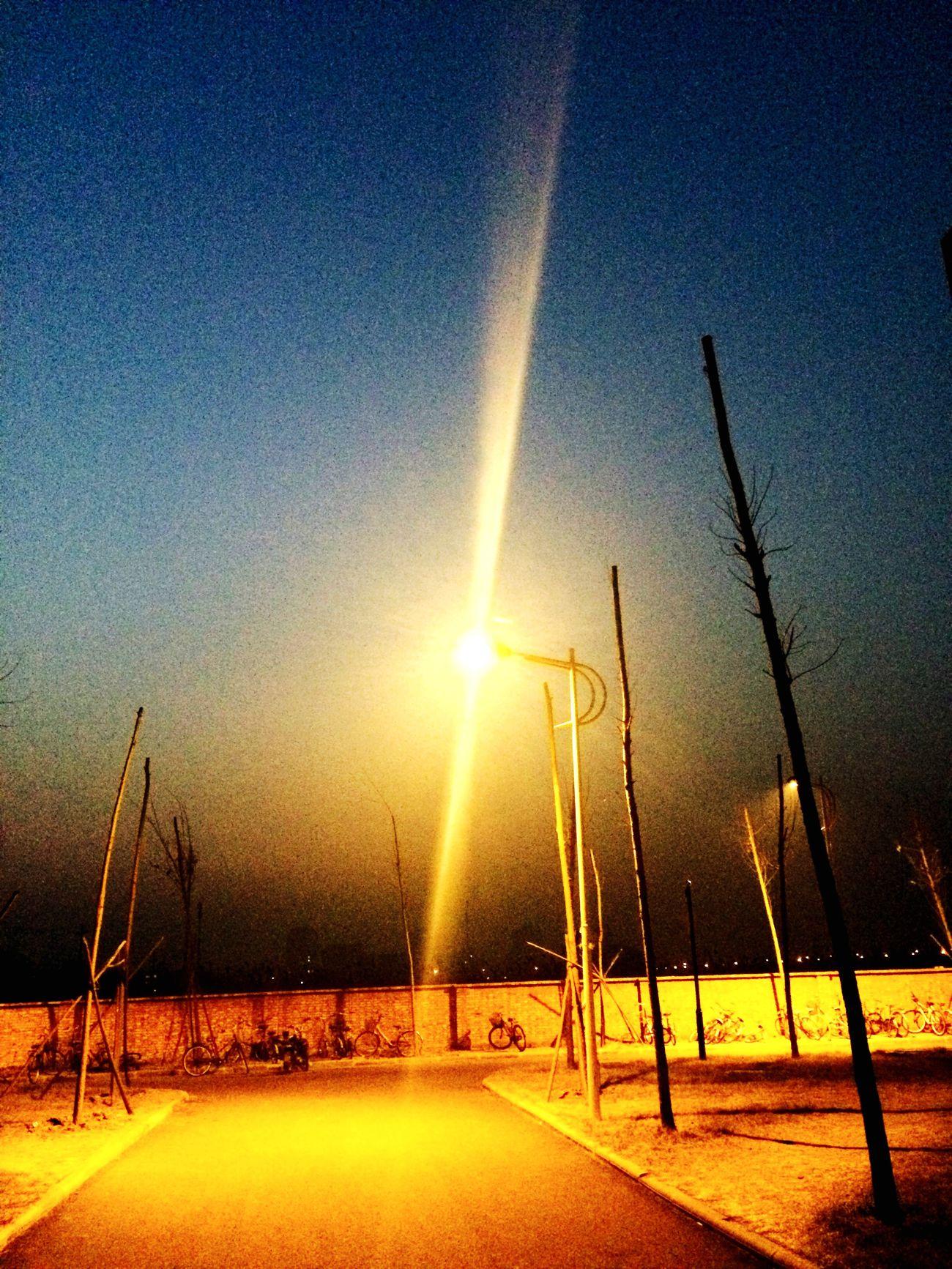 空荡的学校,孤单的路灯。我想回家,我想你了。 Enjoying Life