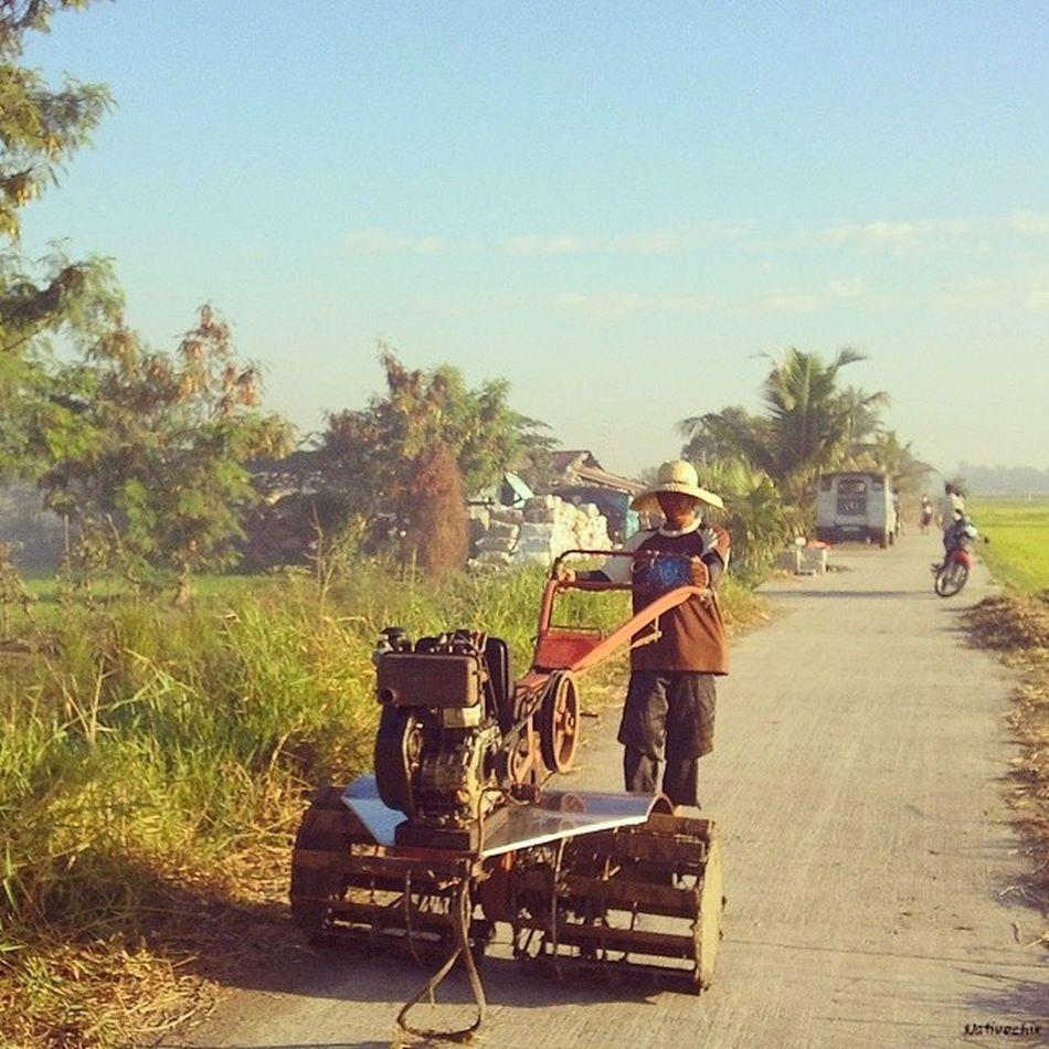 Off to work. Bulakenyo Araro Farmer BulacanBulacan Photooftheday @loves_philippines @tuklas_pilipinas @photosharingcommunity