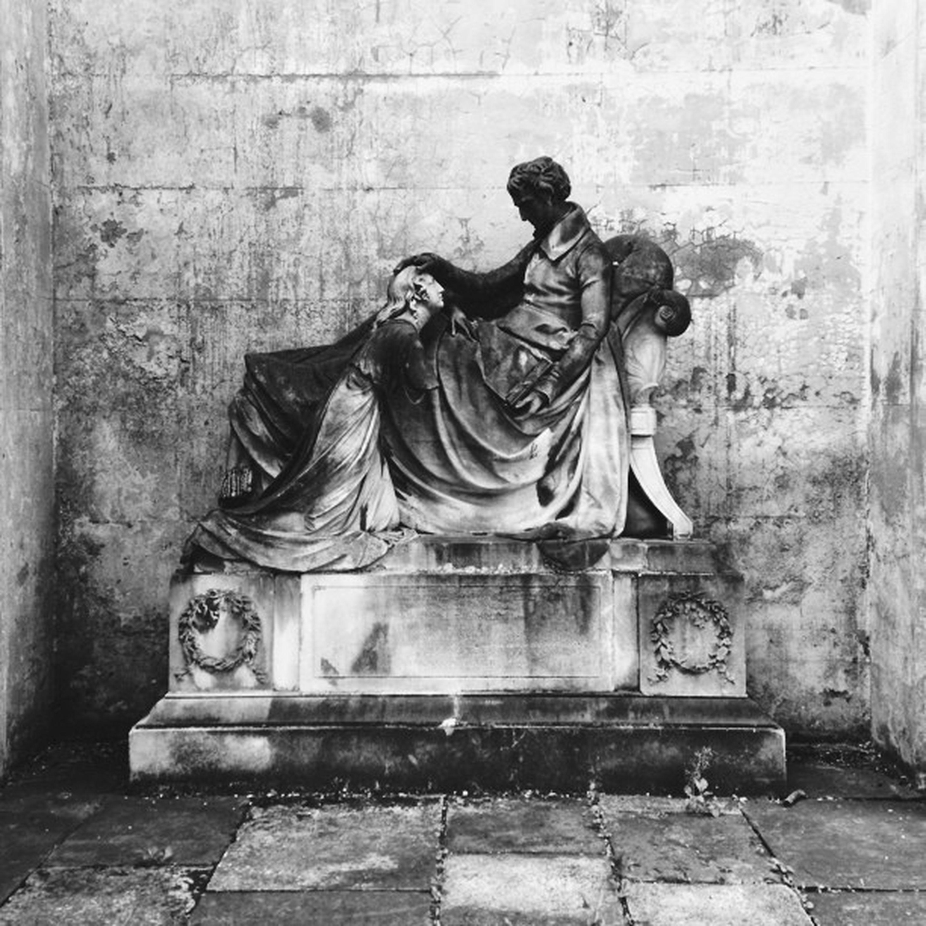 Vscocam Statue Kensalrise Westlondoncrematorium harrowroad london england uk bw blackandwhite monochrome stone tiles