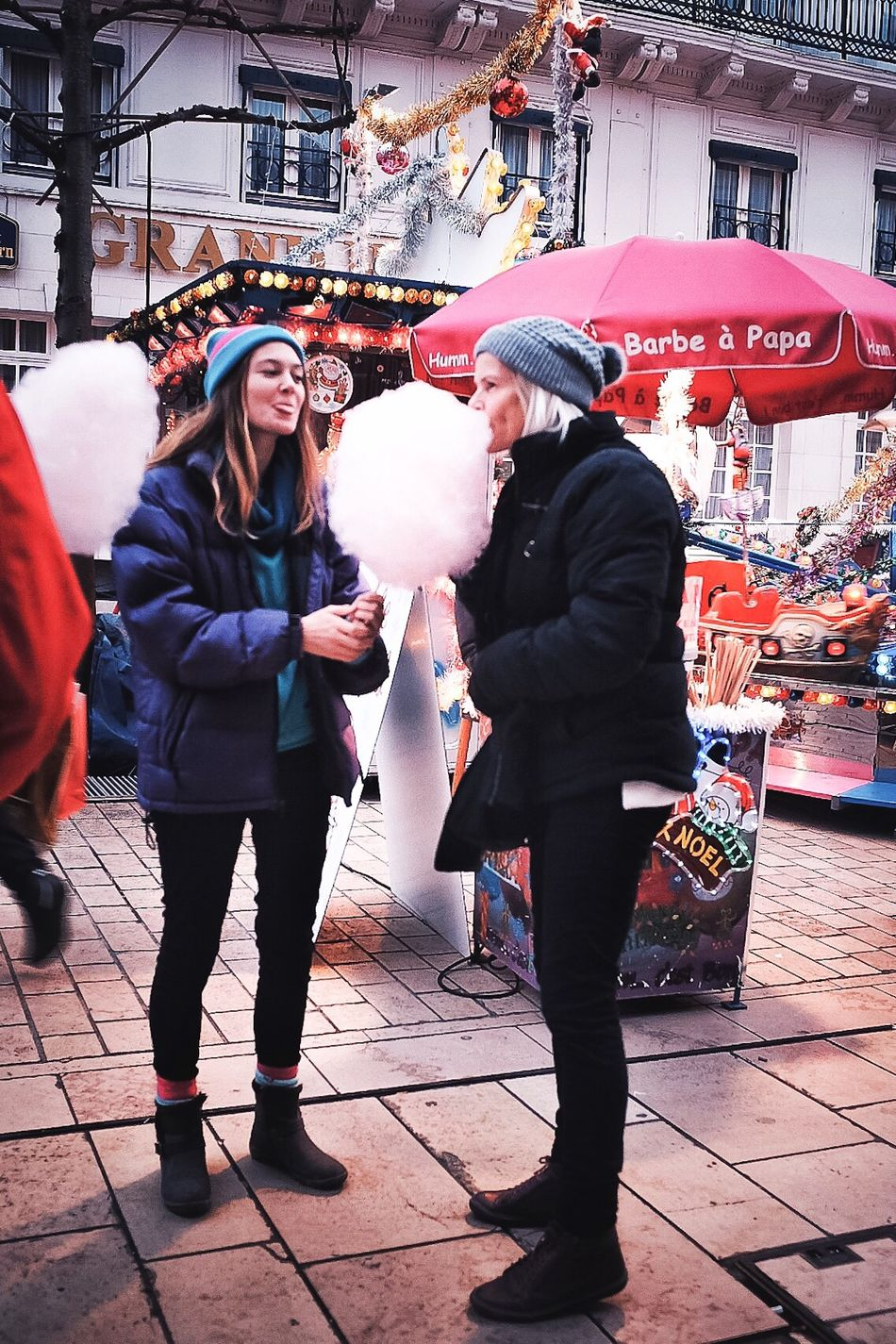 Street People Real People Togetherness City Holiday - Event Family Candyfloss Christmas Christmas Market Christmas Decoration Candid Photography Street Photo Streetphotography Streetphoto Street Photography Amiens Christmas Lights Christmas Fun