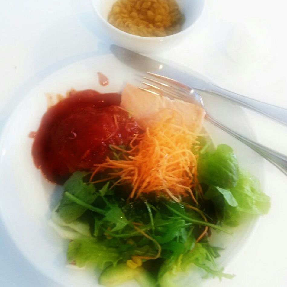 Fresh and healthy :-P No carbs for lunch :-D Sallad BurgerPatesInTomatoSauce  ÄrtSoppa Diet LoseWeight