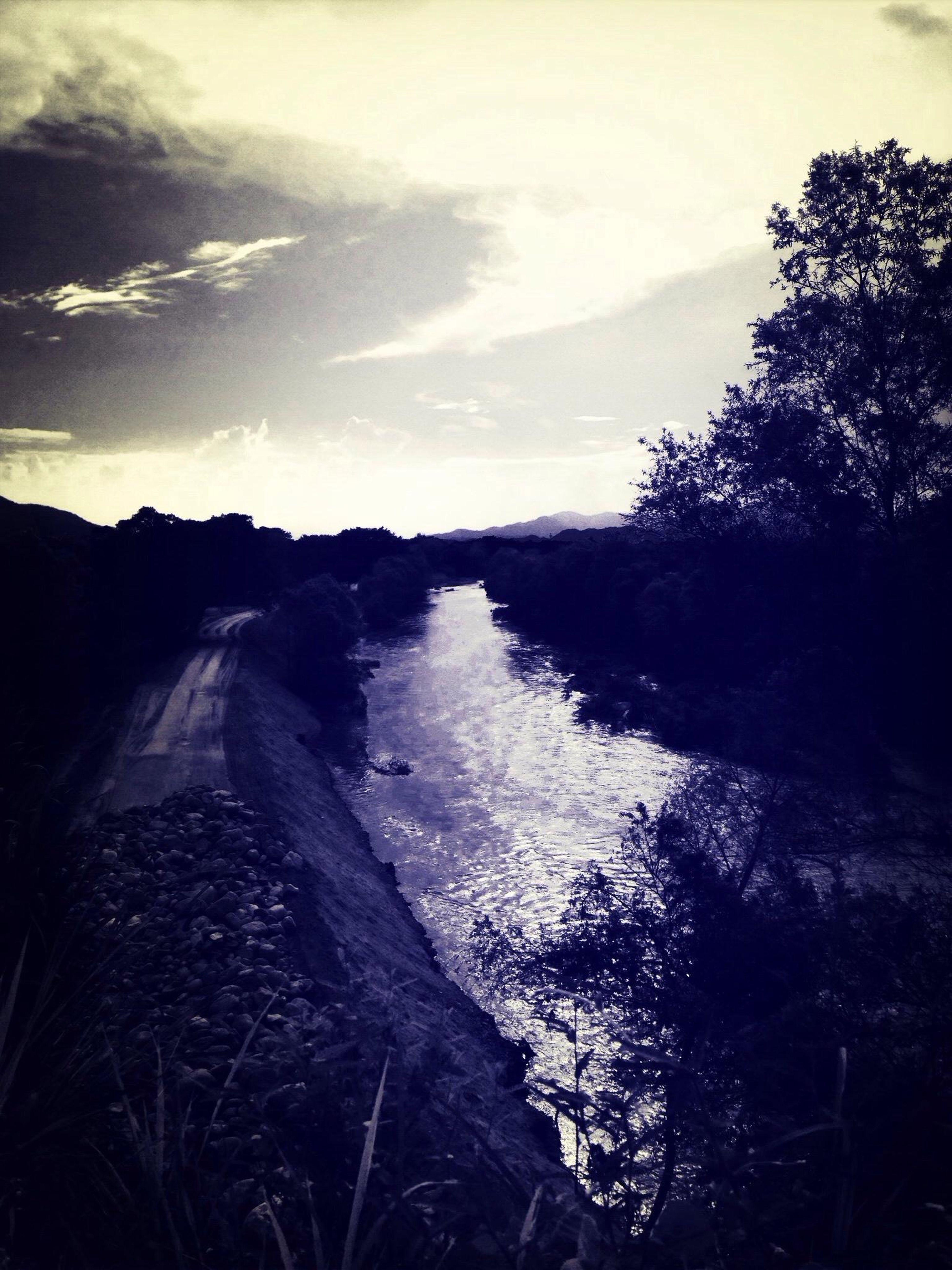 Dónde vive Dios? River God Sunset