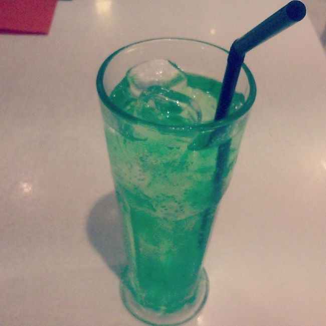 After a torrid experience at Ichiban in singapore, we took solace in the Sydney non-linked branch with this toxic-looking Fluorescent Green drink... No, not Absinthe , simply melonsoda