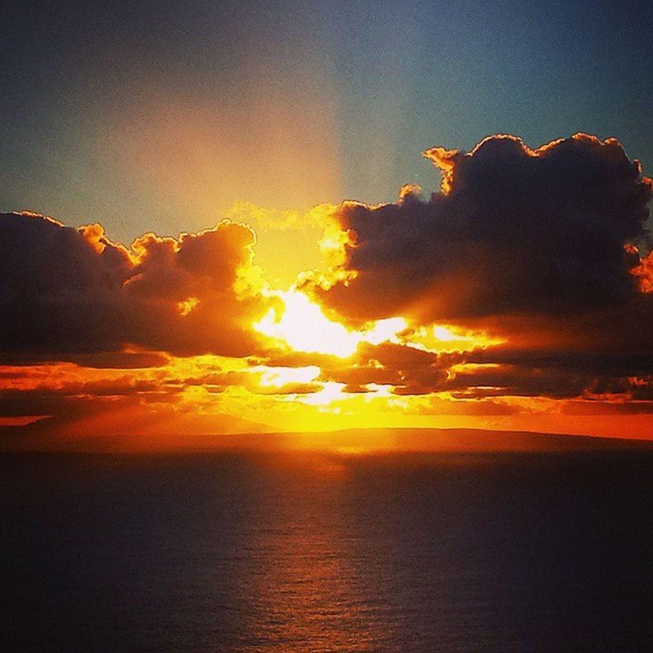 Sunburst! TBT  Sunrise Amazing Makapuulighthouse Oahu Hawaii HiLife Luckywelivehi Alohathursday Beautiful ExploreHawaii Epichi Exerciseyoself Fitlife GoodTimes Mylife Preeety Rephawaii Samsunggalaxy4 Skyporn