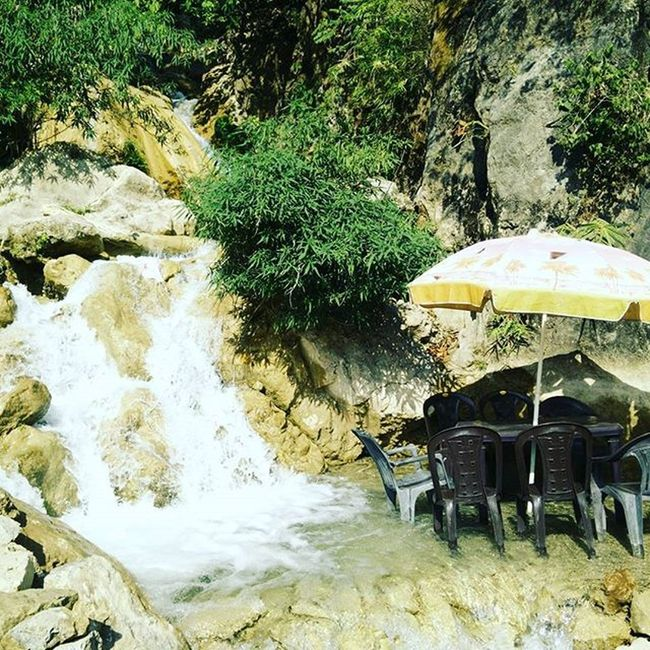 In the Lapofnature .. A Unique and a Brilliant arrangement for Hikers to Chill during their Journey .. A cuppa tea n Rest ur legs in the Theganges and Melancholy of the Flow  .. Ideas Creative Naturephotography Doubletap Ig_countryside Hikingadventures Tips Foodstagram Desi Jugaad Rishikesh Traveller Hiking Travelexperience Comment oneplusonephotography instapic naturelovers innovate lushgreen