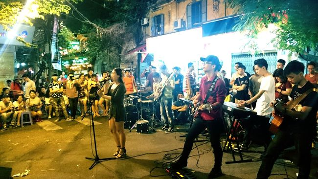 Hanoi City Backpackerlife Taking Photos City Life Photography Big City Vietnam Backpacking Backpack Backpacker Straßenmusiker BackpackersMemories Straßen Tanzen Musik♡ Musiker