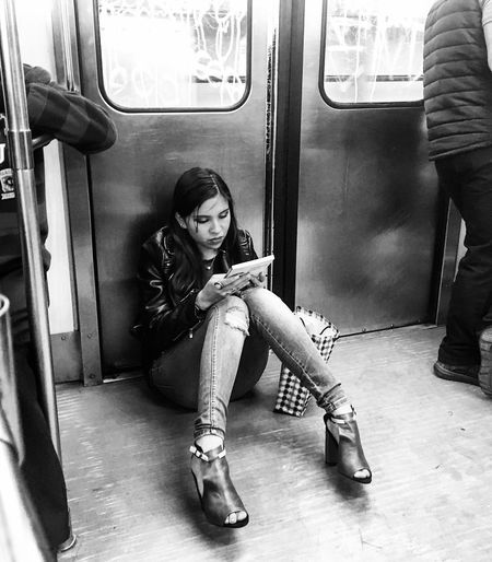 """Por doquier""🚊 Subway Train Mexico City Travel Photography Learning Girl Photo Blackandwhite People Books Mexico EyeEm Best Shots EyeEm Gallery Lifestyles Young Women Train"