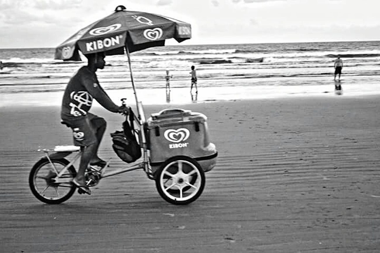 Adapted To The City Streetphotography Real Photography People Nature Beach Beauty In Nature City Street Day Lovephotography  City Life Beach Photography Street Life Horizon Over Water Brazil ❤ Black & White Blackandwhite Photography 3XSPUnity 3XSPhotographyUnity