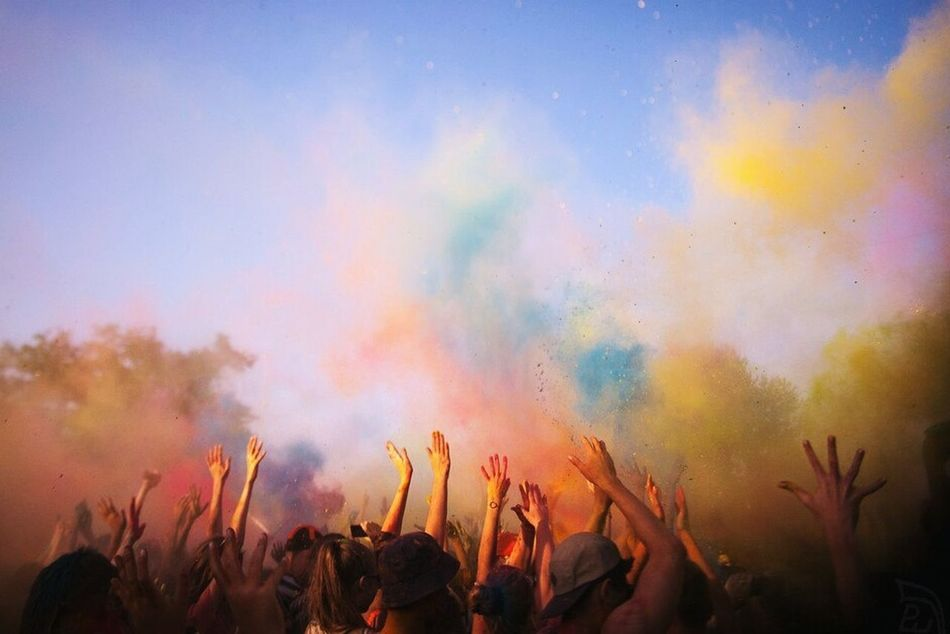 фестиваль красок Paint Art People Sky Rainbow Fun Funny Yellow Red Blue Surprise Hands