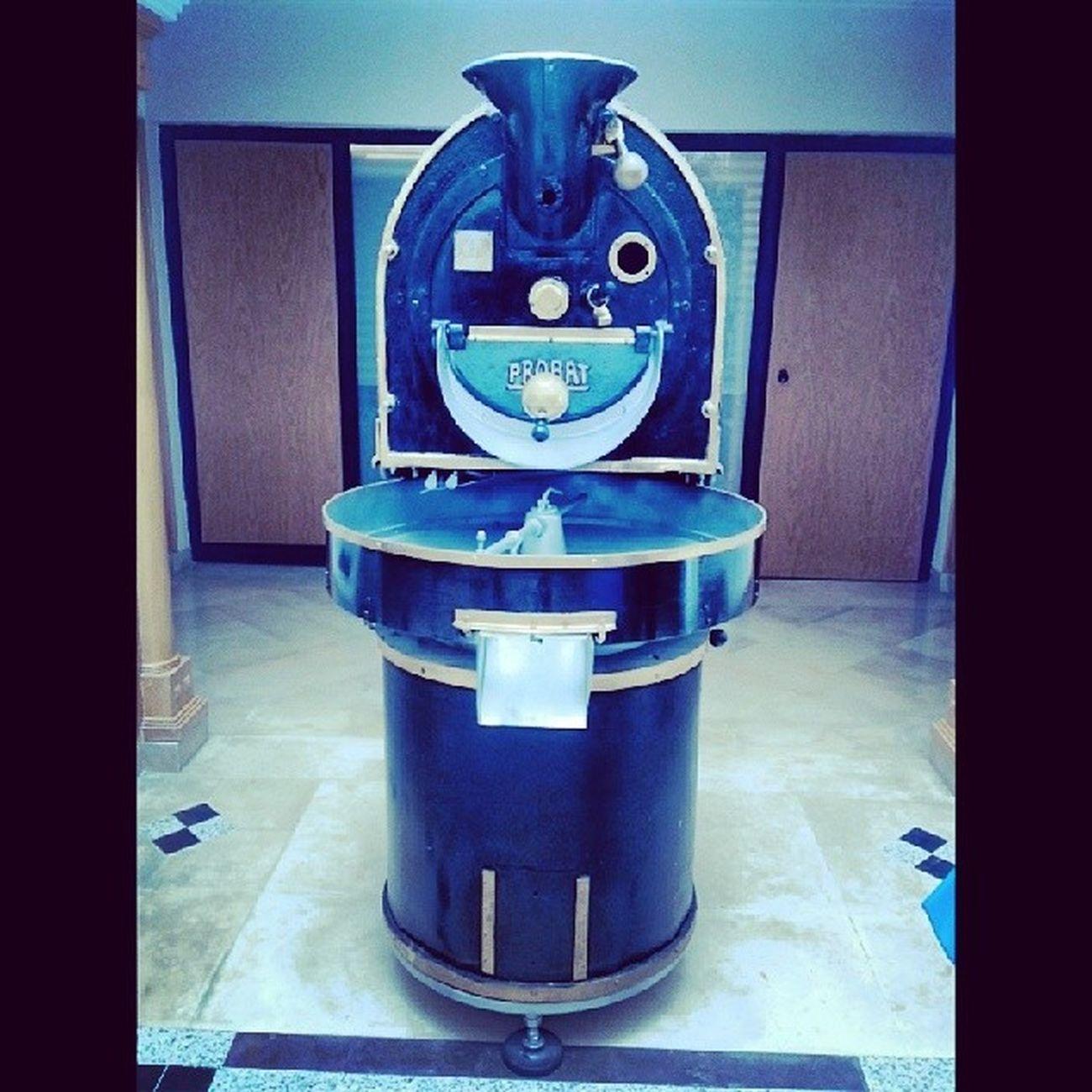A quoi pourrait bien servir cette machine bizarre qui semble nous faire un sourire ... Vintage Machineàcafé Cafesbenyedder Likeforlike