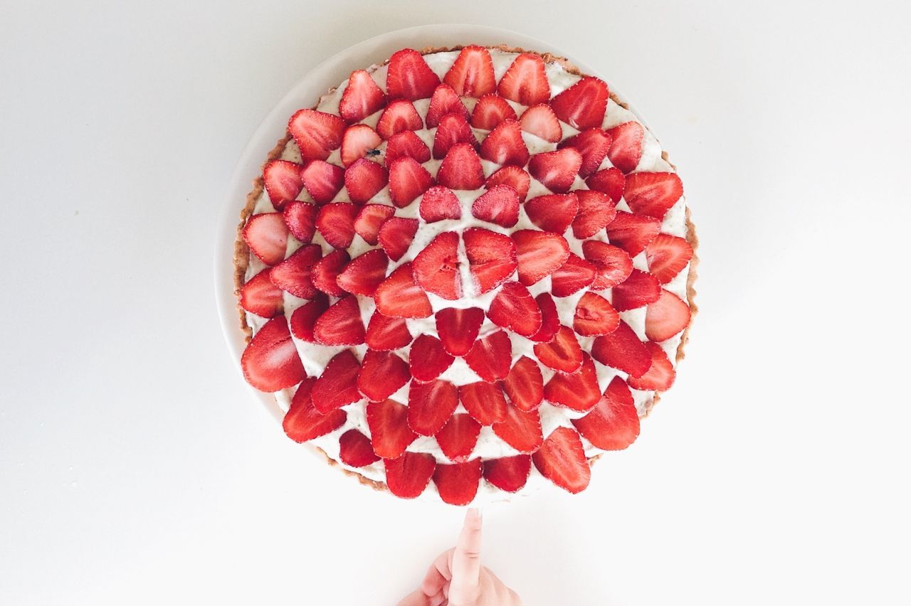 Red Freshness White Background Fruit Directly Above Close-up Frenchpastry Gourmandise Tarte Baked Homemade Pie Minimalist Lifestyle Photography Naschen  Dessert Indulgence Sweet Food Kitchen Life Gourmet Food And Drink Whipped Cream Strawberry Cake TarteAuxFraises Strawberries