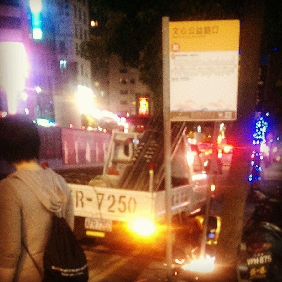 等公車 遇到在拆公車牌 。。。== 這是要換新的還是要砍站哈哈???