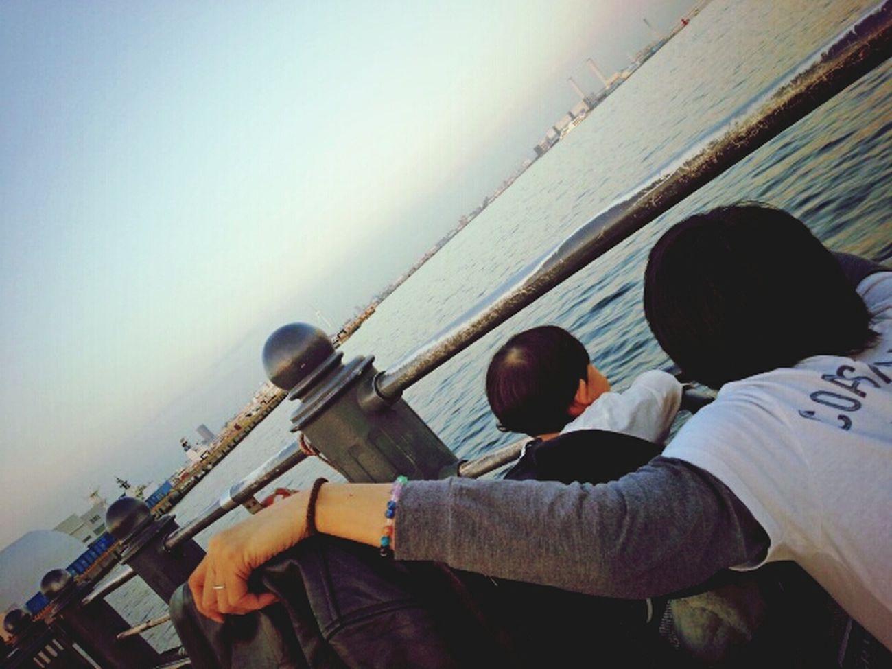 赤ちゃん パパ At Yokohama Japan 黄昏 オトコどうし、なにを語ってるのかしら?