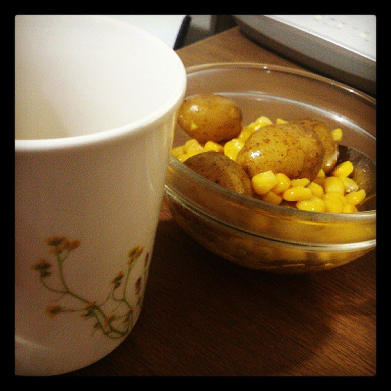 Some baby potatoes + corn kernel + green tea Latedinner Earlylunch Tummyscryin Pretentiousdietmode