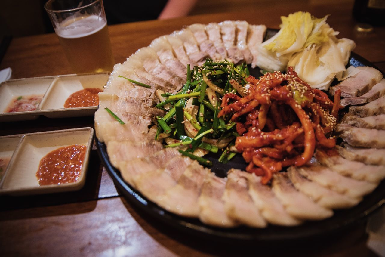 Korean food, bosam. 보쌈. Great for meal or for a side dish when drinking 🍺🍶 Hello World Korean Food Korean Food Night Culture Beer Food For Beer South Korea Seoul Food And Drink Asian Foods Pork Restaurant Food Photography Nikon
