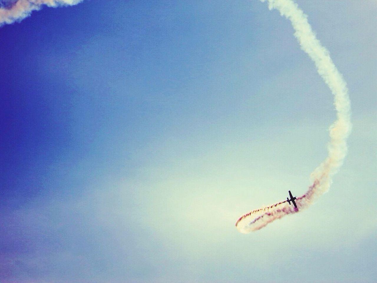 Kunstflug Flugsport Motorflugzeug Sportflieger Aerobatic Flight Aerobatics Flight Flightl Sports Aeroplane Aeroplane In The Sky Looping Turn Airshow Vapor Trail