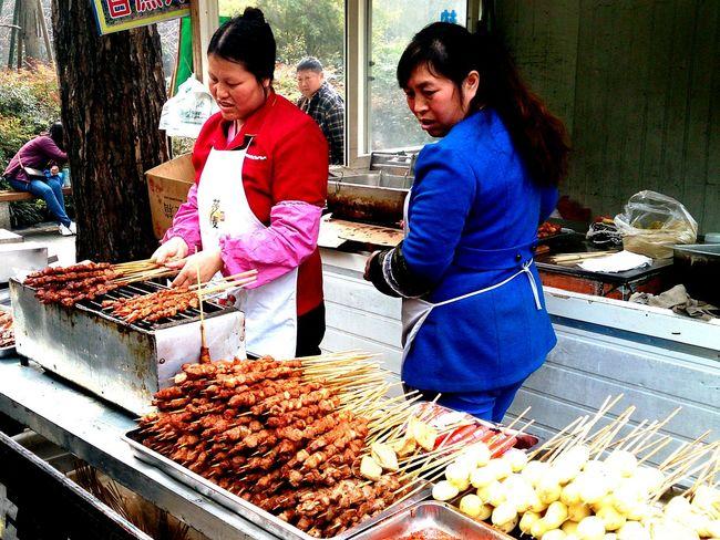 肉串小吃攤 成都 人民公園 Capturing Movement Chengdu China Park Eating Kabob Tourists Delicious Food The Foodie - 2015 EyeEm Awards