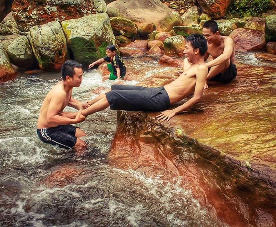 Aku memang tidak banyak uang tuk beli kesenangan..tapi aku banyak temen untuk menciptakan kesenangan..yey edisi sayang dibuang Stone Beutiful  Bogor GunungBunder Funny Bodyrafting Greatview Love Beach Nature Natural Indonesian Panorama Landscape Explore Exploreindonesia Hunting Art Chasinglight Photograph Latepost Streetphotography Waterfall Candid Water jalanjalan niceview bestfriend bridge troll