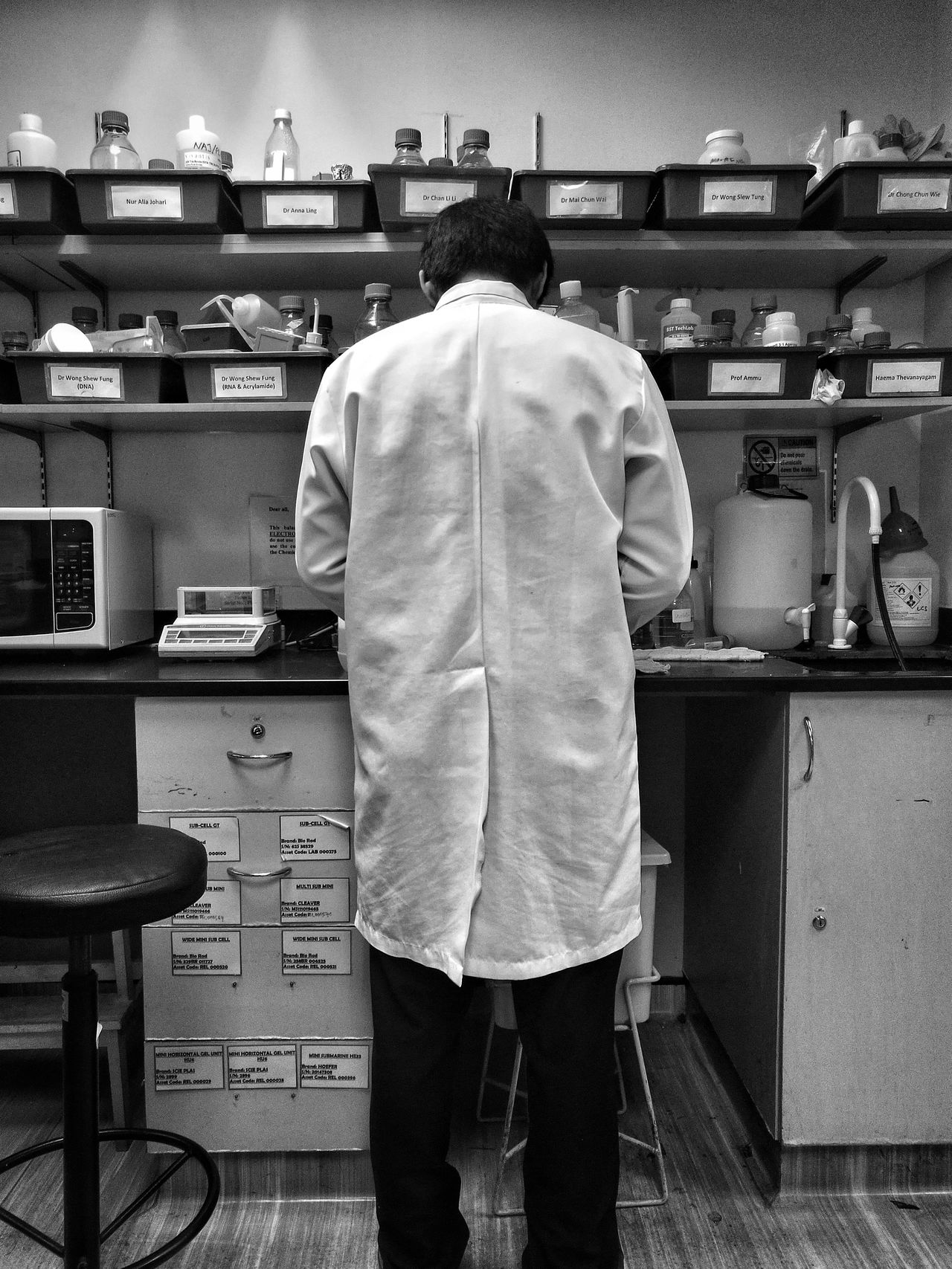 Monochrome Photography Laboratory Laboratory Work Experiment Scientist Scientistexperiment Standing Men Labcoat Labwork Laboratory Equipment Laboratory Experiments Scientific Experiment Research Research And Development Research Project Researchfacility Research Institute University