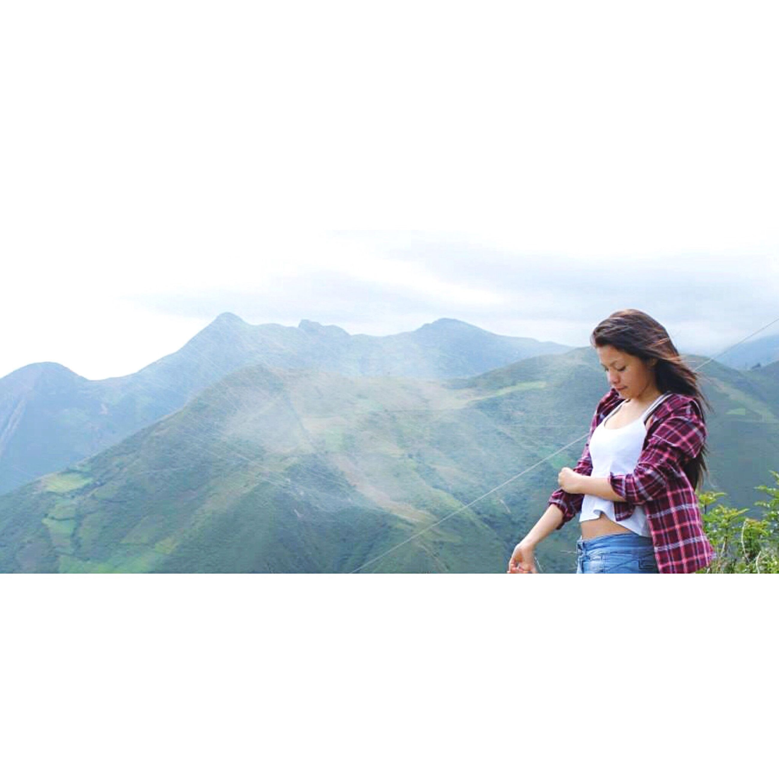 mountain, lifestyles, leisure activity, young adult, mountain range, casual clothing, sitting, full length, looking at view, young women, tranquil scene, tranquility, scenics, rear view, standing, three quarter length, landscape, copy space