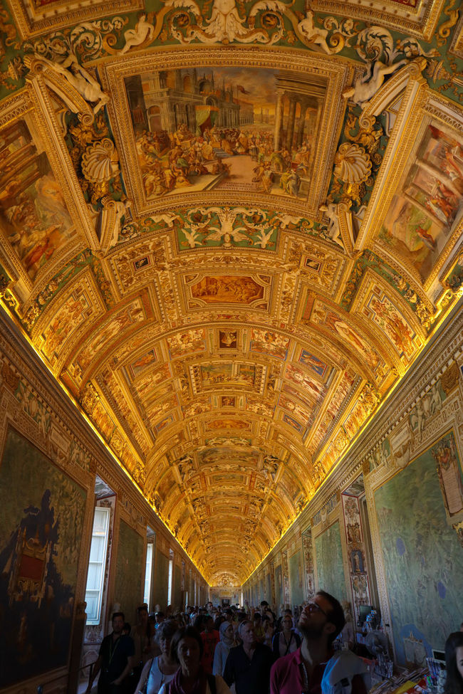Gallery of maps, or Galleria di mappe, in the Musei Vaticani. Stunning Ancient Architecture Art Canon Canon 5d Mark Iv Cartografia Cartography Ceiling City Life Diminishing Perspective Eye4photography  Famous Place Gold Indoors  Map Map Room Musei Vaticani Painting Roma Rome Tourism Tourist Tourist Attraction  Vatican Vatican Museum