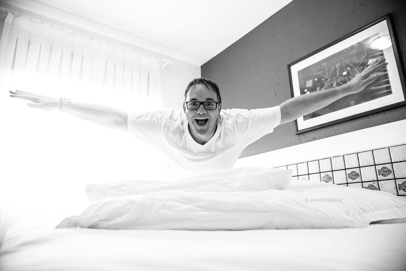 Janarobergefotografia Cama Quarto Branco P&B Enjoying Life Ensaio Pessoal Book CARETA Óculos  Homem Alegría Florianópolis Lifestyle Photography