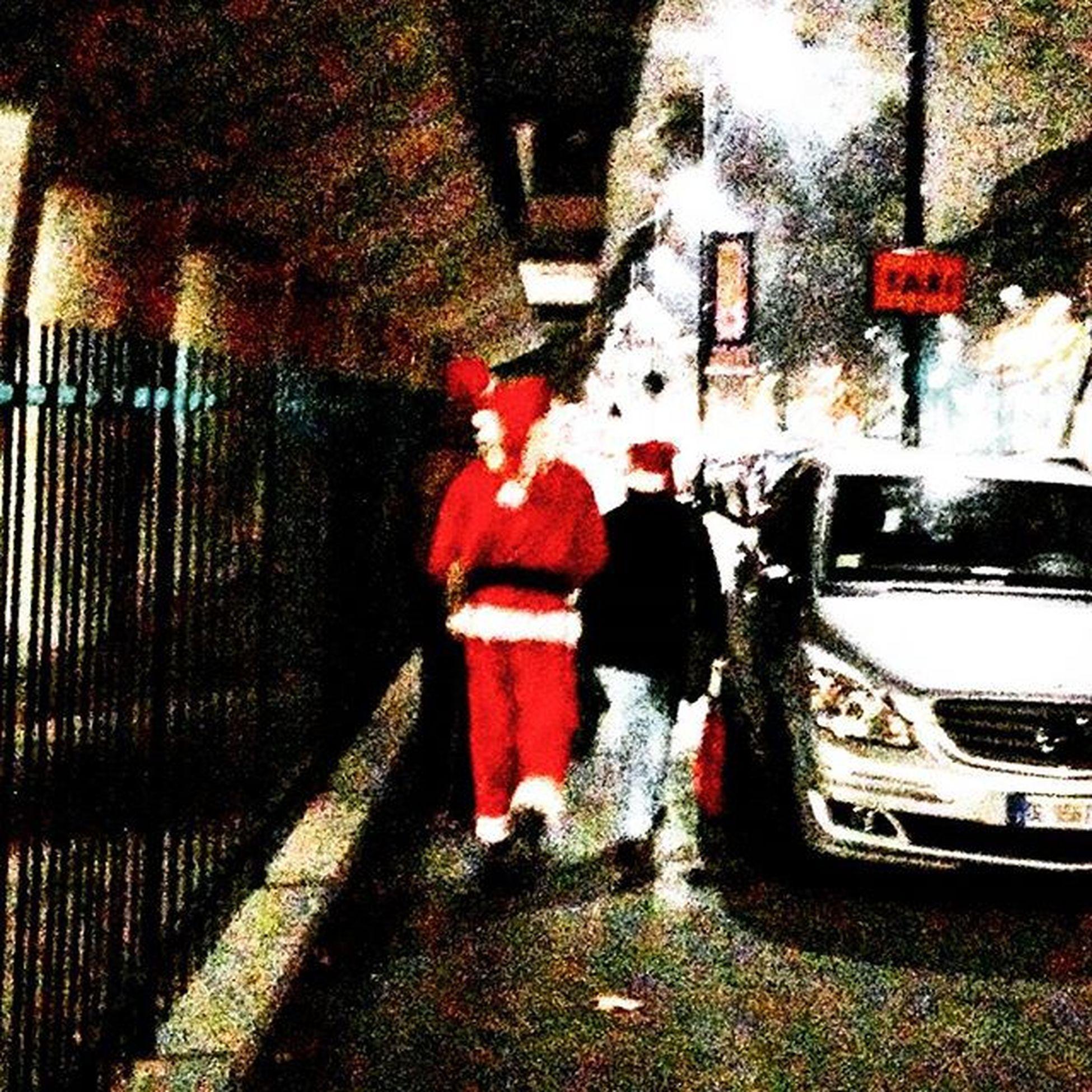 BabboNatale in anticipo per le strade di Milano. Stava aspettando per il rifornimento delle sue renne